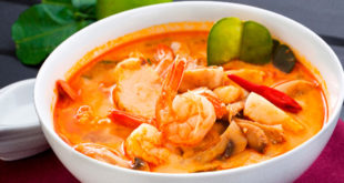 Тайскии бульон с креветками и кафирским лаймом